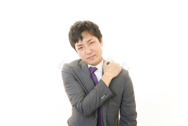 Hombre de negocios con dolor del hombro. fotografía de archivo