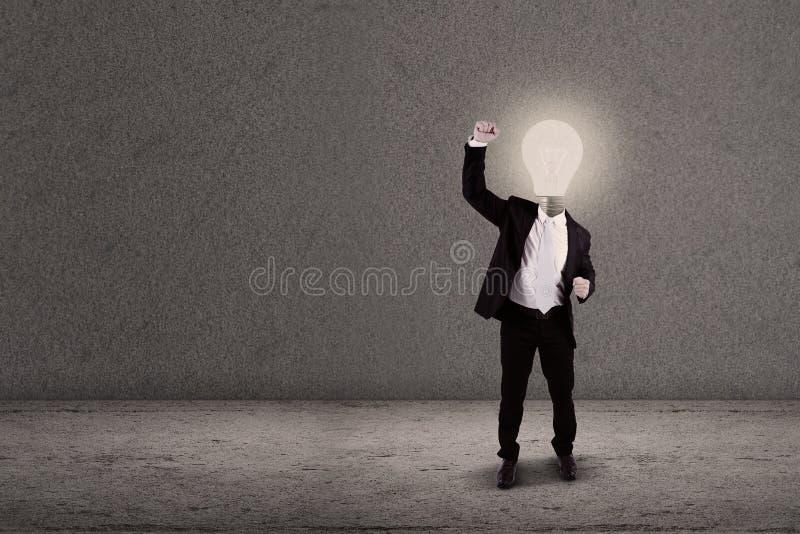 Hombre de negocios con el brazo aumentado cabeza de la bombilla ilustración del vector