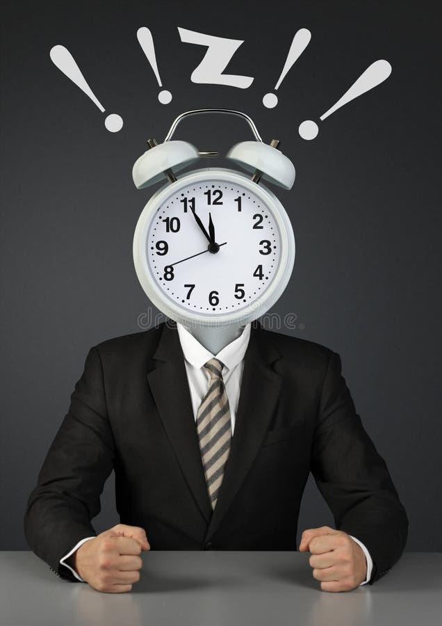 Hombre de negocios con el despertador de sonido en vez de la cabeza, límite de tiempo fotos de archivo