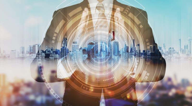 Hombre de negocios con el holograma de la ciudad y la tecnología futurista tecnología futurista del negocio del creador imágenes de archivo libres de regalías