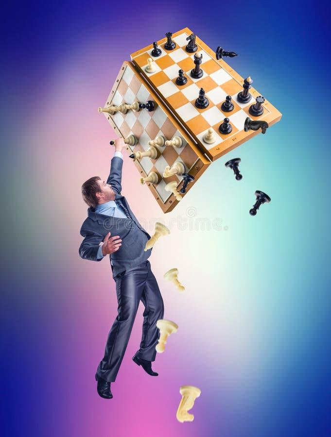 Hombre de negocios con el juego de ajedrez imágenes de archivo libres de regalías