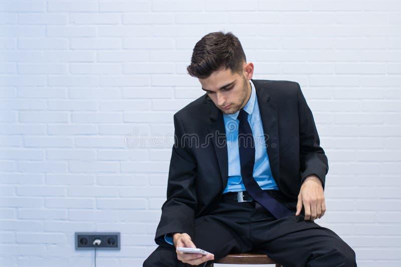 Hombre de negocios con el m?vil imagen de archivo libre de regalías