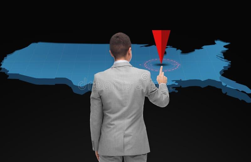 Hombre de negocios con el mapa virtual y el indicador de los E.E.U.U. imágenes de archivo libres de regalías