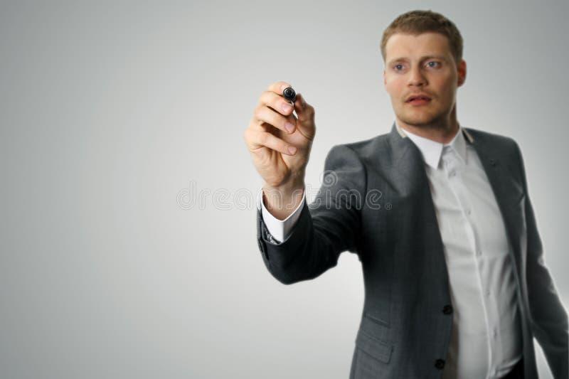 Hombre de negocios con el marcador negro en la mano foto de archivo