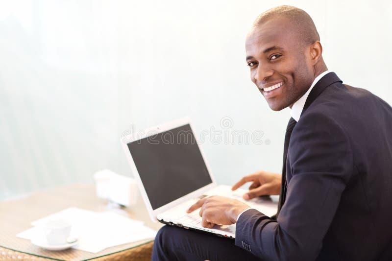 Hombre de negocios con el ordenador portátil. fotos de archivo libres de regalías