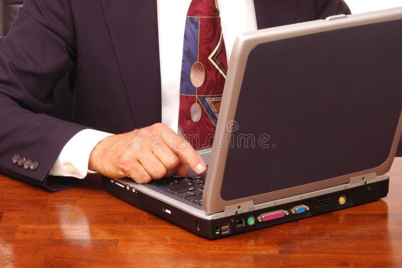 Hombre de negocios con el ordenador portátil foto de archivo libre de regalías