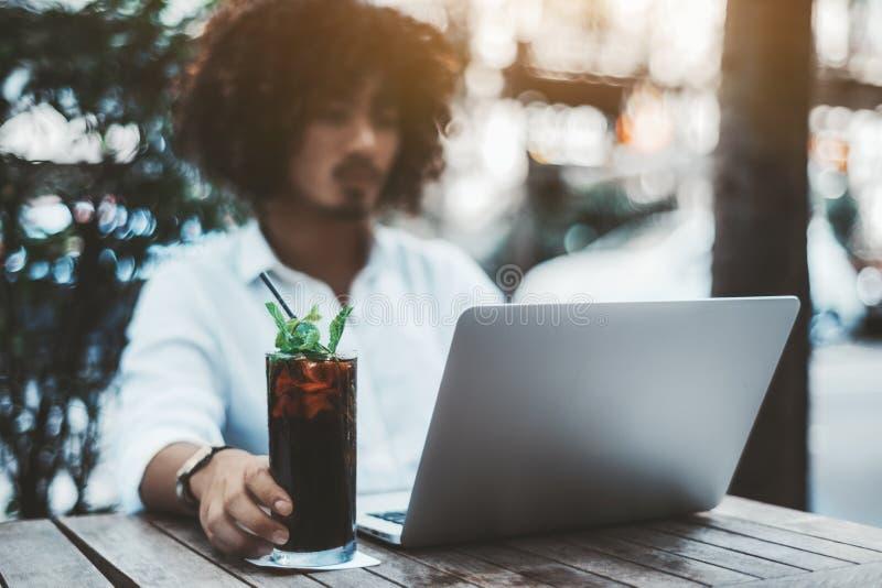 Hombre de negocios con el ordenador portátil con el foco selectivo en su mano imagen de archivo libre de regalías