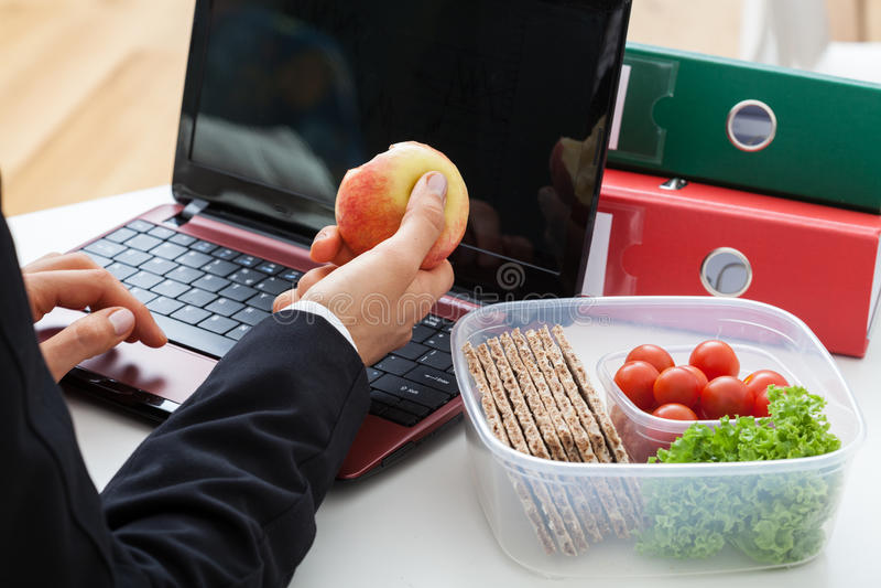 Hombre de negocios con el ordenador y la manzana fotografía de archivo