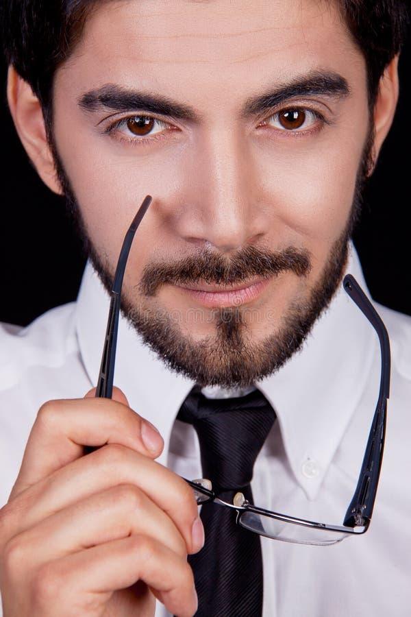 Hombre de negocios con el retrato de la barba de los vidrios del lazo imagen de archivo