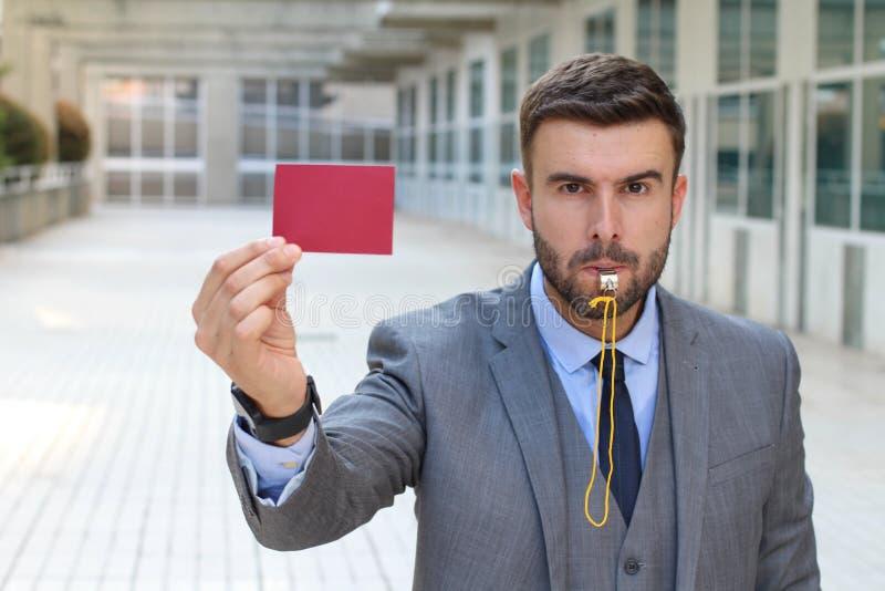 Hombre de negocios con el silbido y la tarjeta roja fotos de archivo libres de regalías