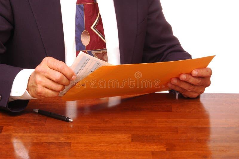 Hombre de negocios con el sobre y las formas imágenes de archivo libres de regalías