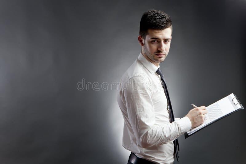 Hombre de negocios con el sujetapapeles imágenes de archivo libres de regalías