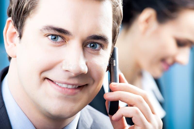 Hombre de negocios con el teléfono celular fotografía de archivo