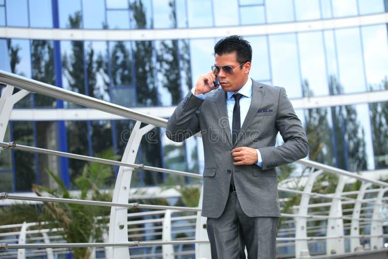 Hombre de negocios con el teléfono celular imagen de archivo libre de regalías