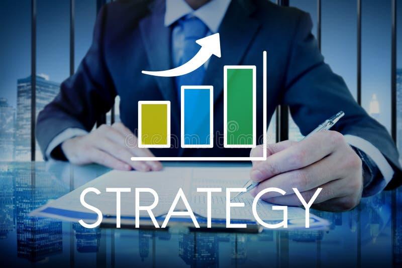 Hombre de negocios con el texto de la estrategia y la capa cada vez mayor del gráfico imagen de archivo libre de regalías