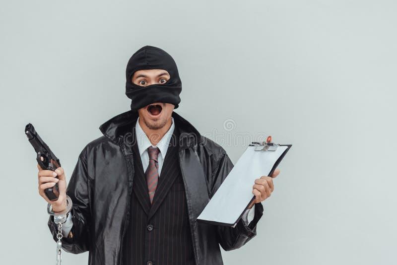 Hombre de negocios con el trabajo asustadizo de la mascarilla imagen de archivo libre de regalías