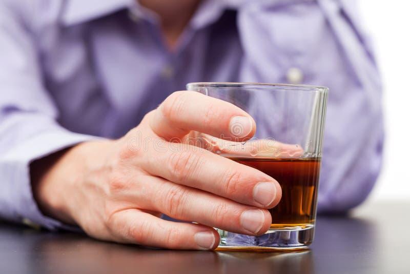 Hombre de negocios con el vidrio de whisky fotos de archivo libres de regalías