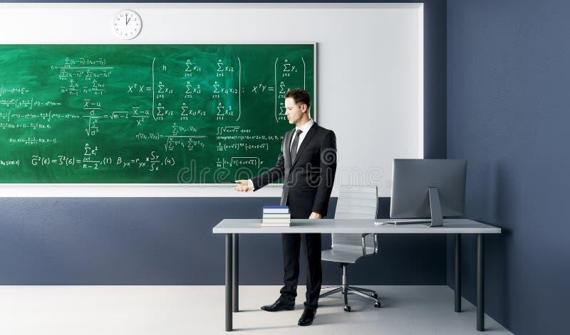 Hombre de negocios con fórmulas de la álgebra fotos de archivo libres de regalías