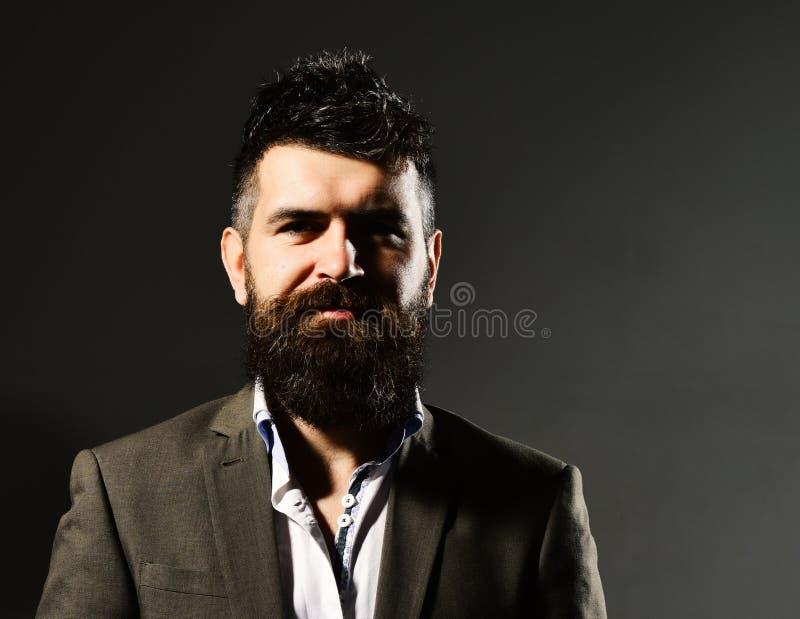 Hombre de negocios con la barba y pelo de punta en desgaste formal Confianza del negocio y concepto de la elegancia Hombre en tra fotografía de archivo libre de regalías