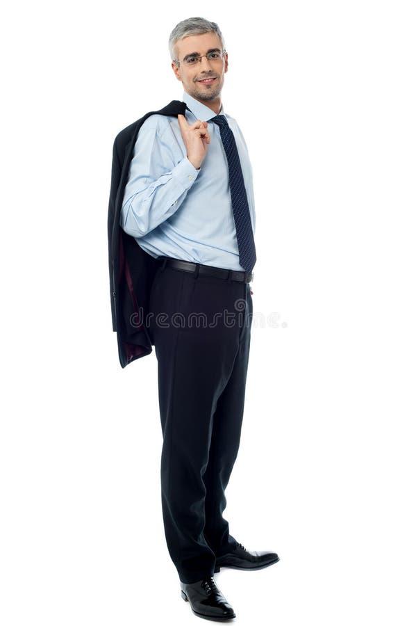 Hombre de negocios con la chaqueta sobre hombro imagen de archivo