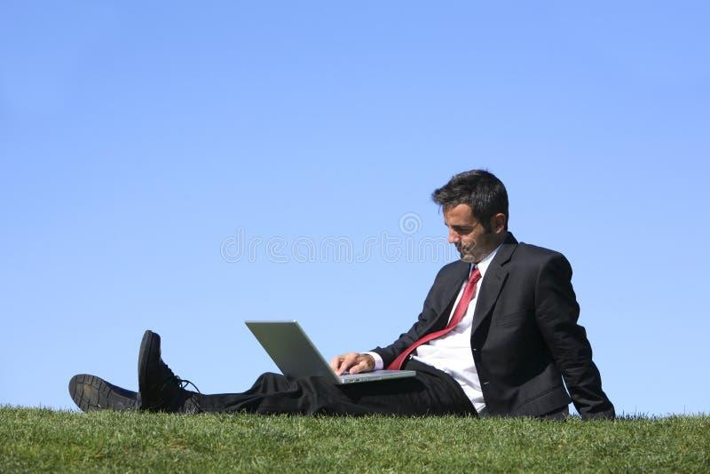 Hombre de negocios con la computadora portátil imágenes de archivo libres de regalías