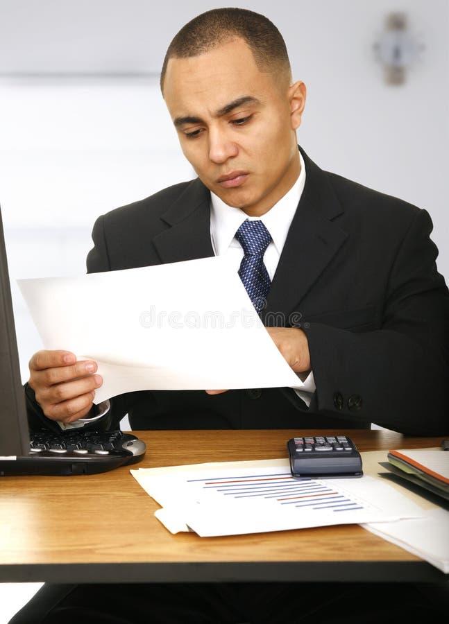 Hombre de negocios con la expresión seria que mira el PA imagen de archivo libre de regalías
