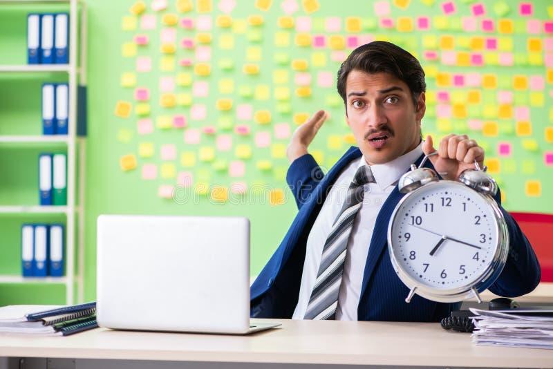 Hombre de negocios con la gestión en conflicto de muchas prioridades a tiempo fotos de archivo