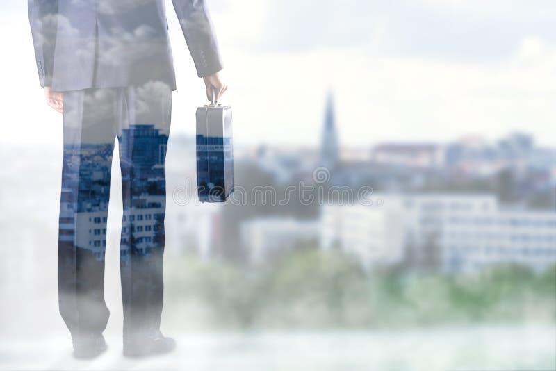 Hombre de negocios con la maleta a disposición imágenes de archivo libres de regalías