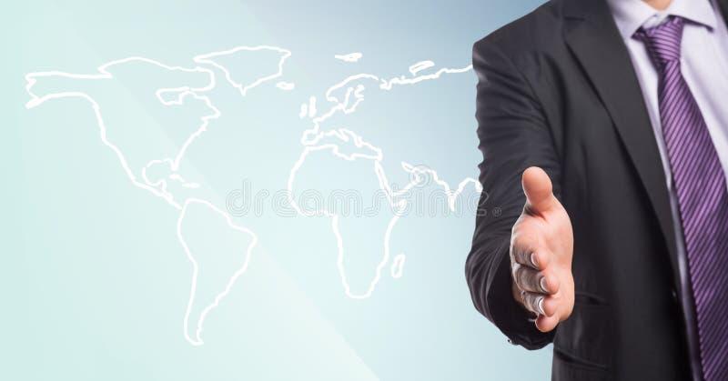 Hombre de negocios con la mano extendida contra el mapa blanco y el fondo azul fotografía de archivo