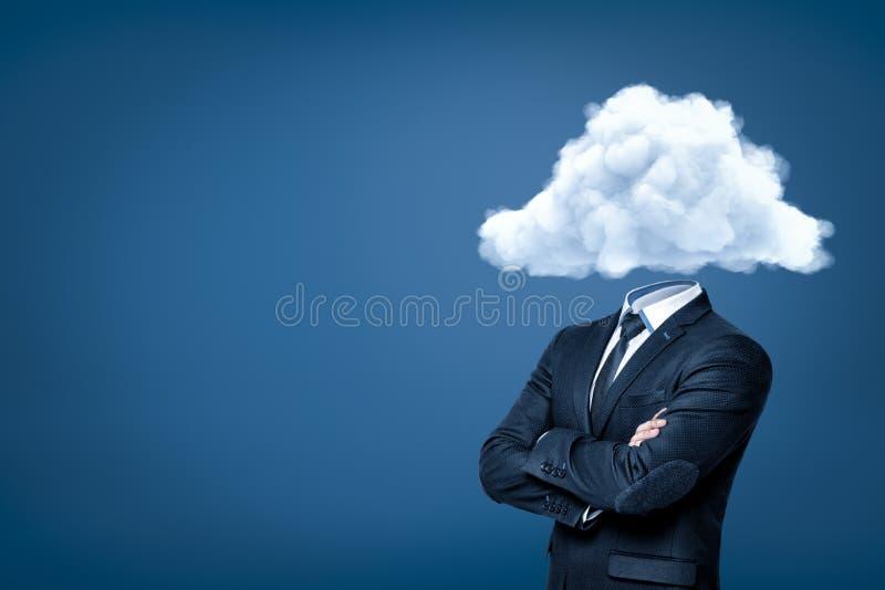 Hombre de negocios con la nube blanca en vez de la cabeza en fondo azul stock de ilustración