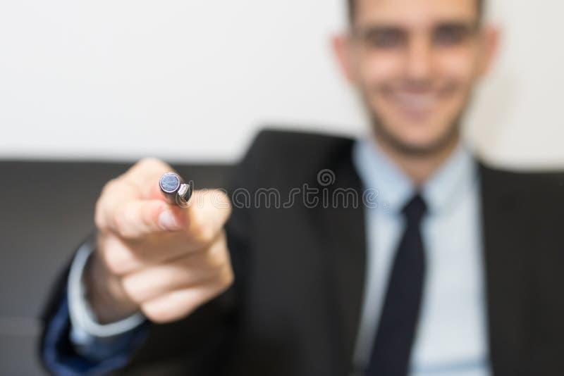 Hombre de negocios con la pluma fotos de archivo libres de regalías