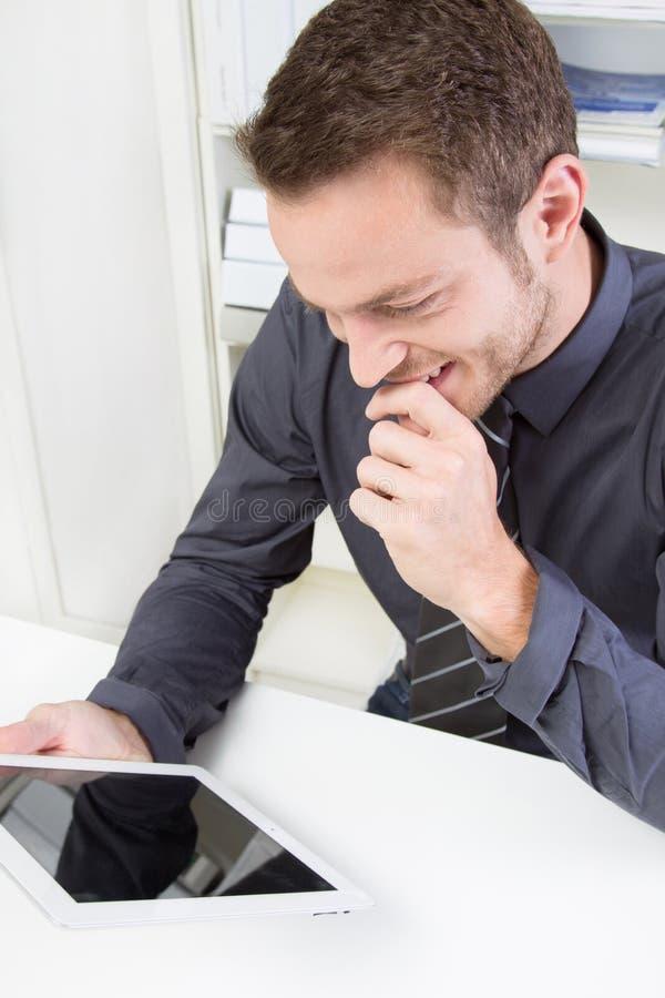 Hombre de negocios con la tableta fotografía de archivo libre de regalías