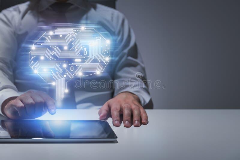 Hombre de negocios con la tableta en la tabla, concepto del AI imagen de archivo libre de regalías