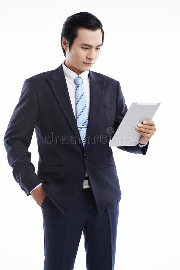 Hombre de negocios con la tablilla digital imágenes de archivo libres de regalías