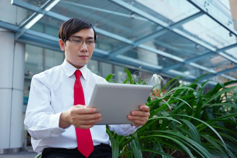 Hombre de negocios con la tablilla digital fotografía de archivo libre de regalías