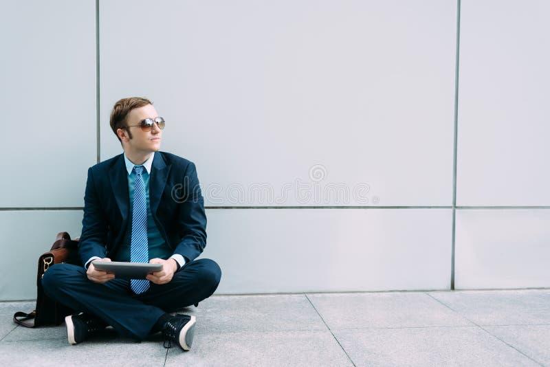 Hombre de negocios con la tablilla digital fotos de archivo