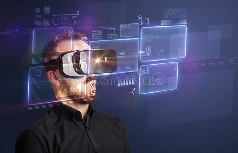 Hombre de negocios con las gafas de la realidad virtual imagenes de archivo