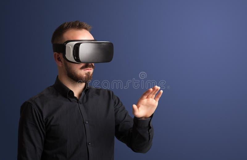 Hombre de negocios con las gafas de la realidad virtual fotografía de archivo libre de regalías