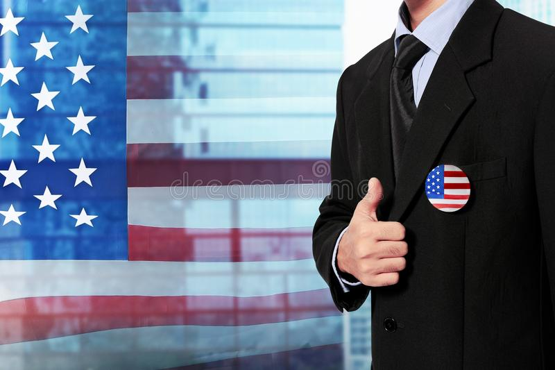 Hombre de negocios con las insignias de la bandera americana fotos de archivo libres de regalías
