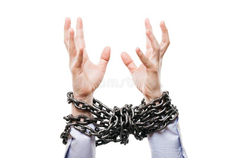 Hombre de negocios con las manos atadas cadena del metal aumentadas para la ayuda del rescate foto de archivo libre de regalías