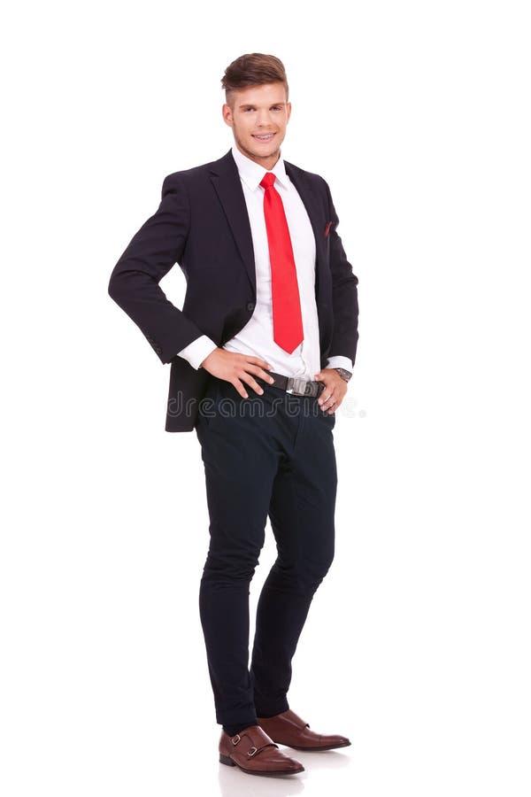 Hombre de negocios con las manos en la cintura imagen de archivo