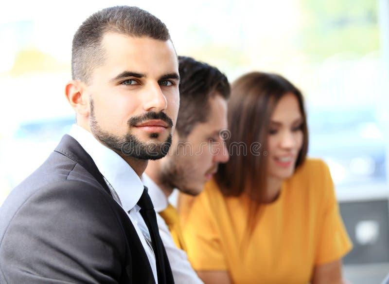 Hombre de negocios con los colegas en el fondo fotografía de archivo