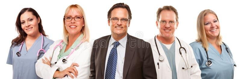 Hombre de negocios con los doctores y las enfermeras detrás imagenes de archivo
