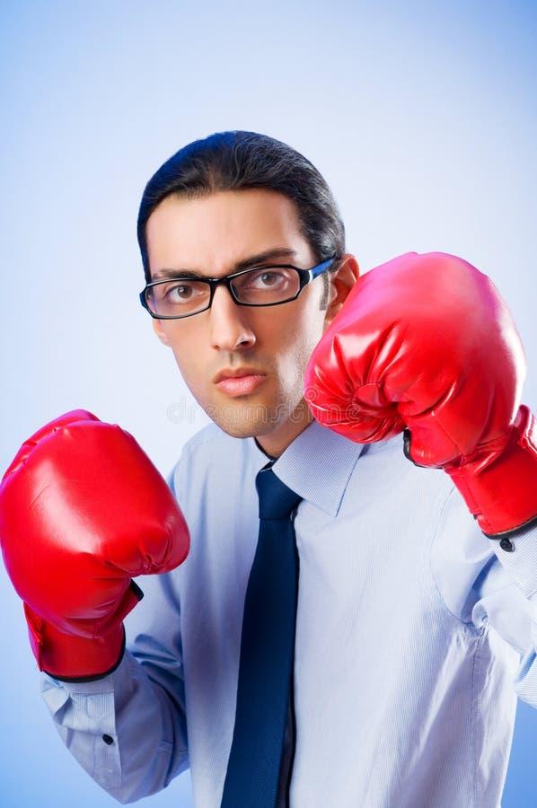 Hombre de negocios con los guantes de boxeo fotos de archivo