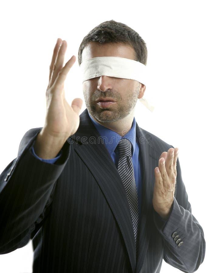 Hombre de negocios con los ojos vendados sobre el fondo blanco fotos de archivo libres de regalías