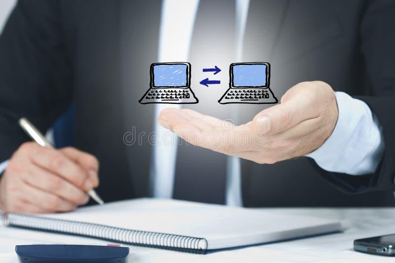 Hombre de negocios con los ordenadores imagenes de archivo