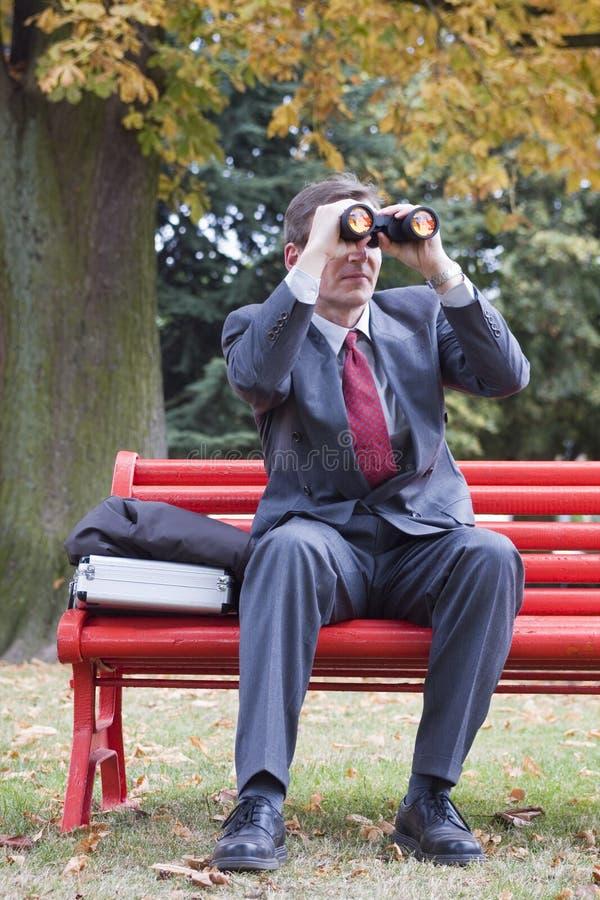 Hombre de negocios con los prismáticos imagenes de archivo