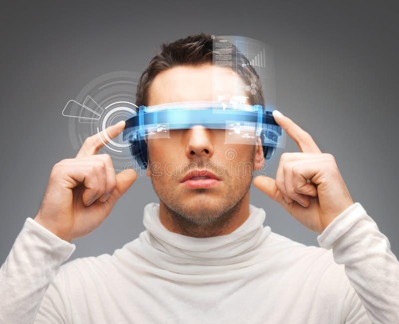 Hombre de negocios con los vidrios digitales fotografía de archivo libre de regalías