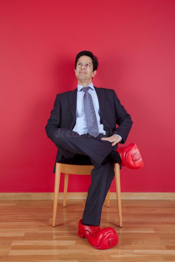 Hombre de negocios con los zapatos del payaso imagen de archivo