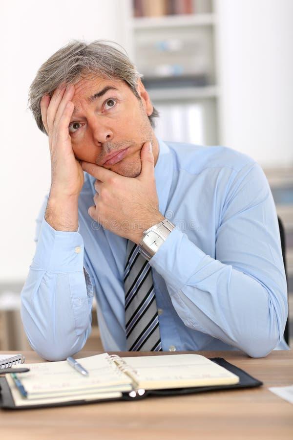 Hombre de negocios con mirada pensativa foto de archivo libre de regalías
